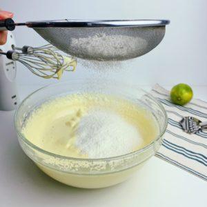 將麵粉泡打粉篩入蛋糊中