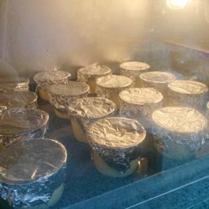 將每個布丁都蓋上錫箔紙,然後放入烤箱烘烤