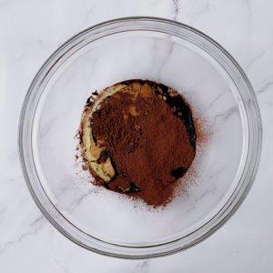 將無鹽奶油、牛奶、可可粉用打蛋器混合均勻