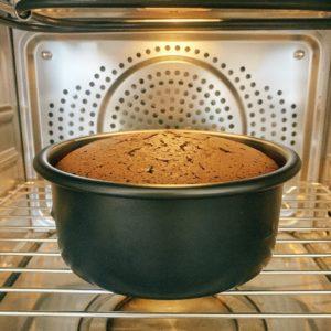 將模具放入預熱好的烤箱中,開啟「燒烤」,溫度「160°C」,時間「10分鐘」