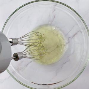 將蛋白中加入少許白醋或是檸檬汁