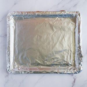 在烤盤上鋪錫箔紙