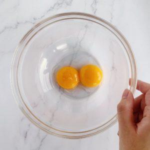 將雞蛋的蛋黃與蛋白分開,蛋白另外放入乾淨、無油無水的大盆中備用