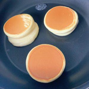 翻面後一樣蓋鍋蓋煎2~3分鐘,下壓鬆餅會回彈就是熟了
