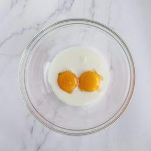 將牛奶加入蛋黃中